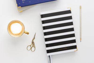 kalendarz 2020 do planowania celów strategicznych na biurku z kubikiem kawy