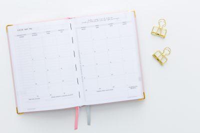 różowy kalendarz do planowania celów strategicznych na biurku